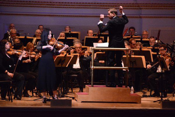 Violinist Cenovia Cummins with Steven Reineke and the NY Pops Orchestra. Photo by Genevieve Rafter Keddy.